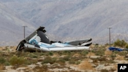 ARSIP – Reruntuhan berserakan di sekitar tempat di mana roket wahana pariwisata luar angkasa Virgin Galactic, meledak dan menghunjam ke bumi di Mojave, California, 31 Oktober 2014.