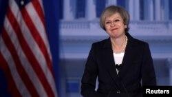 ນາຍົກລັດຖະມົນຕີອັງກິດ ທ່ານນາງ Theresa May ຮັບຮູ້ເອົາສຽງຕົບມື ກ່ອນກ່າວຄຳປາໄສ.