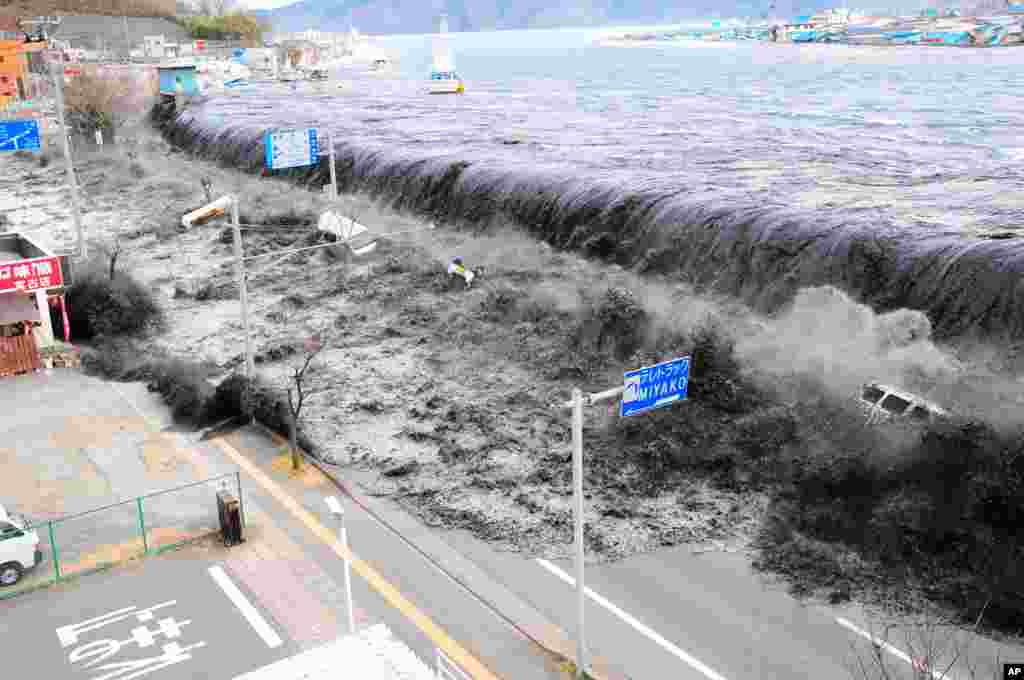 A wave approaches Miyako City from the Heigawa estuary in Iwate Prefecture, Japan, March 13, 2011. (Reuters)