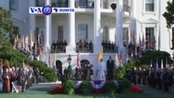 VOA60 DUNIYA: Shugaba Kasar Amurka Barack Obama Na Karbar Bakuntar Paparoma Francis A Fadar White House, Satumba 23, 2015