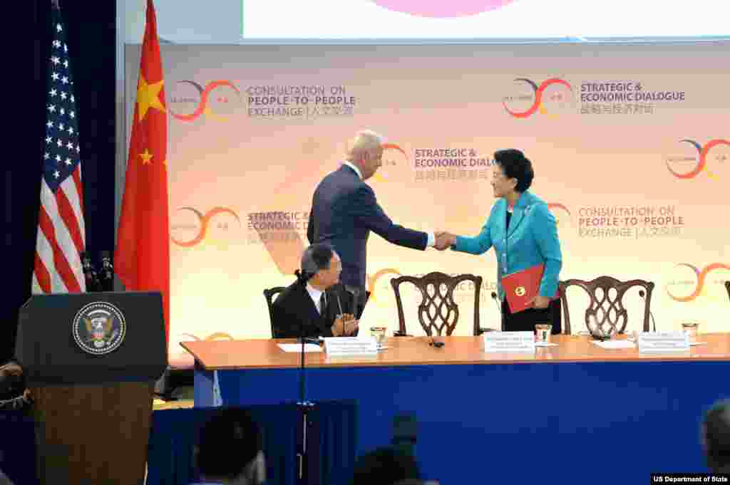 美国副总统拜登在美中战略与经济对话的开幕式上与中国副总理刘延东握手