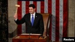 ປະທານສະພາຕ່ຳ ສະຫະລັດ ທ່ານ Paul Ryan, ສັງກັດພັກຣີພັບບລີກັນ ຈາກລັດ Wisconsin, ຍົກຄ້ອນນ້ອຍ ຂຶ້ນໃນລະຫວ່າງ ການເປີດກອງປະຊຸມ ລັດຖະສະພາ ຊຸດໃໝ່ ຢູ່ທີ່ລັດຖະສະພາ ຫຼື Capitol Hill ໃນນະຄອນຫຼວງ ວໍຊິງຕັນ, ດີຊີ, ວັນທີ 3 ມັງກອນ 2017.