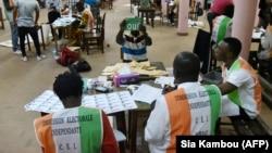 Des agents de la Commission électorale indépendante (CEI) procèdent au dépouillement des bulletins de vote à Abidjan, le 30 octobre 2016.