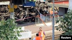 프랑스 철도 관계자들이 13일 탈선 사고가 난 현장을 조사하고 있다.