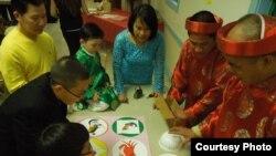 Tết về không thể thiếu trò chơi lắc bầu cua trong sinh hoạt vui xuân của người Việt hải ngoại (ảnh Bùi Văn Phú)