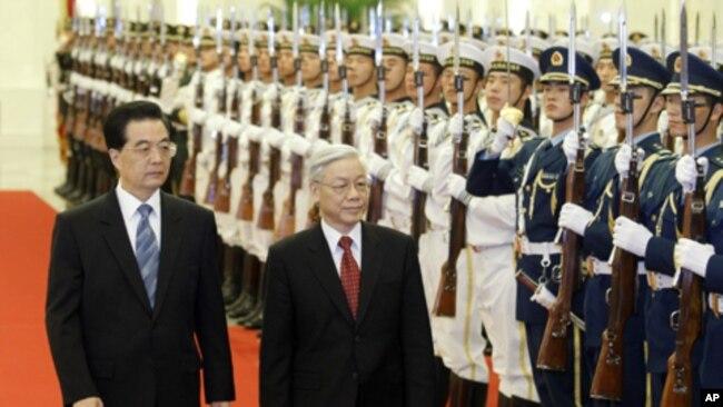 Chủ tịch Trung Quốc Hồ Cẩm Đào và Tổng Bí Thư Việt Nam Nguyễn Phú Trọng ở Bắc Kinh, ngày 11/10/2011.