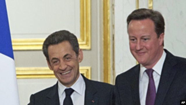France's President Nicolas Sarkozy (l) and Britain's Prime Minister David Cameron at the Elysee palace,  Feb. 17, 2012.