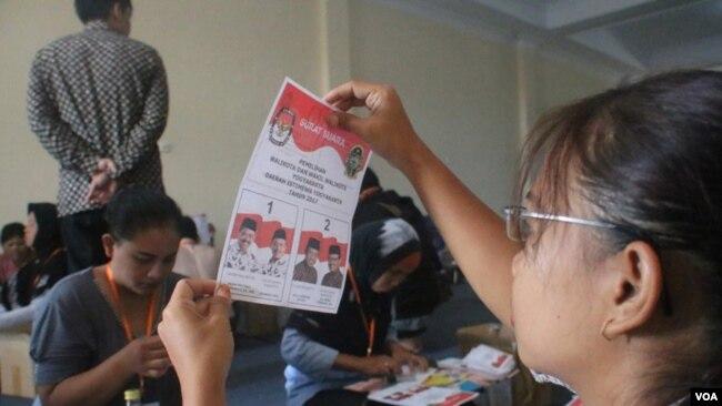 Suasana proses penyortiran dan pelipatan surat suara pilwali kota kota jogja 2017 di Gudang KPU Jalan Imogiri Timur Giwangan, 10 Januari 2018. (Foto: VOA/Nurhadi)