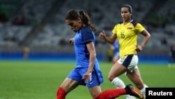 Amel Majri de l'équipe française tente un tir lors du match groupe C France/Colombie aux JO de Rio, Brésil, 3 mars 2016.