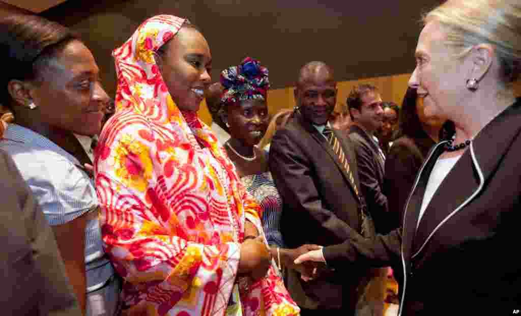 Bà Clinton bắt tay nhân viên Đại sứ quán Mỹ ở Dakar, 1 tháng 8, 2012.