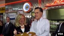 Kandidat capres AS dari partai republik, Mitt Romney, bersama istrinya Ann di Restoran Charlie Parker, Springfield, Illinois (19/3)
