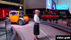 Linda Jackson, Direktur Utama Citroen meninjau stand perusahaannya dalam suatu pameran otomotif. (Foto: videograb/VOA Video)