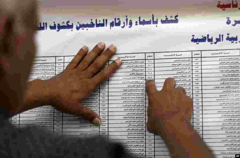 Provera biračkog spiska u Kairu.