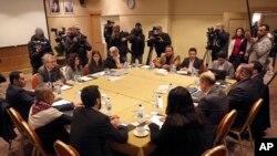 Les rebelles houthie et le gouvernement yéménite internationalement reconnu se rencontrent pour une discutent de la mise en œuvre d'un échange de prisonniers convenu en Suède le mois dernier à Amman, en Jordanie, le jeudi 17 janvier 2019. Le CICR y est. (Photo AP / Raad Adayleh)