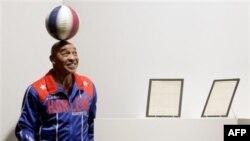 Бывший баскетболист Керли Нил на аукционе «Сотбис» в Нью-Йорке,10 декабря 2010 года