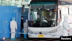 世卫新冠病毒源头调查组在武汉天河国际机场乘坐大巴车。(2021年1月14日)