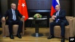Presiden Rusia Vladimir Putin (kanan) dan Presiden Turki Recep Tayyip Erdogan di kediaman Bucharov Ruchei, kota peristirahatan Sochi di Laut Hitam, Rusia, 22 Oktober 2019.