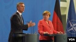 រូបឯកសារ៖ លោក Jens Stoltenberg អគ្គលេខាអង្គការអូតង់និងលោកស្រីអធិការបតីអាល្លឺម៉ង់ ngela Merkel។