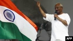 Nhà hoạt động chống tham nhũng Ấn Ðộ Anna Hazare phát biểu với các ủng hộ viên vào lúc bước sang ngày thứ 10 của cuộc tuyệt thực tại New Delhi, ngày 25/8/2011