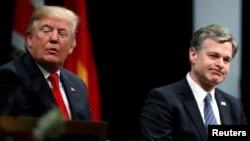 Shugaba Donald Trump tare da Darektan Hukumar FBI, Christopher Wray.