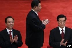2012年5月4日胡锦涛、温家宝(左)和习近平(中)在庆祝中国共青团成立90周年大会上。