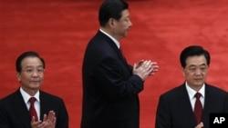 从左到右(绝非指立场):温家宝、习近平、胡锦涛