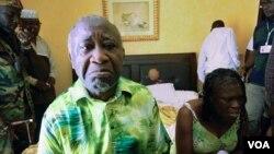 El saliente presidente de Costa de Marfil, Laurent Gbagbo y su esposa Simone en el Hotel Golf en Abidjan, tras ser capturados.