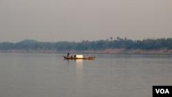 Con sông Mekong chảy xuyên qua Campuchea trước khi đổ ra biển ở miền nam Việt Nam.