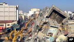 Gedung apartemen besar di kota Tainan, Taiwan yang ambruk akibat gempa bumi 9 Februari lalu (foto: dok).
