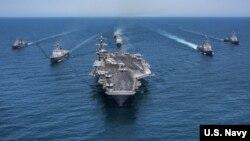 Hàng không mẫu hạm USS Carl Vinson và đội tàu chiến Mỹ.