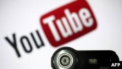 人與人在YouTube視頻間交流。