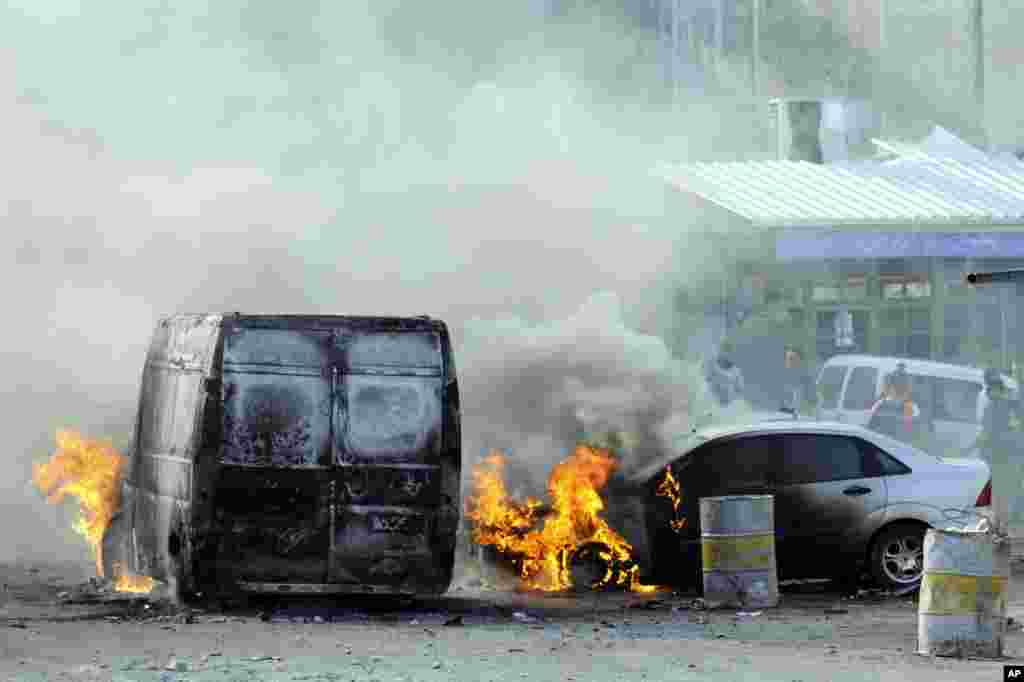 Cars are set on fire as Palestinians clash with Israeli border police after Moatez Higazi was shot in east Jerusalem, Oct. 30, 2014.