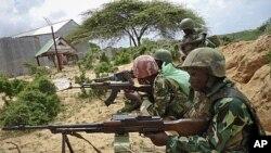 图为非盟维和人员10月20日在索马里的莫加迪沙
