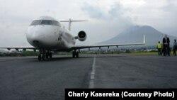 Un avion de la Mission des Nations unies au Congo a atterri sur la piste réhabilitée de l'aéroport de Goma, 3 aout 2015 (Charly Kasereka/VOA)