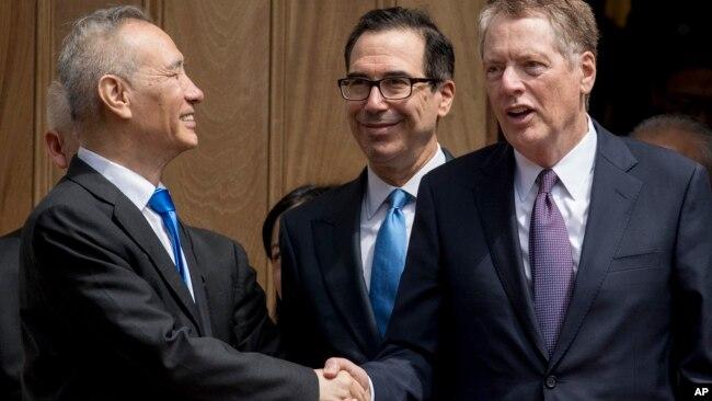 Вице-премьер Китая Лю Хэ, министр финансов США Стивен Мнучин и представитель США по торговле Роберт Лайтайзер