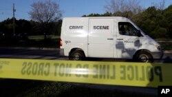 Una camioneta de la división de crimen de la Policía llega al sitio de la mortal explosión del domingo, 18 de marzo, de 2018, en Austin, Texas.