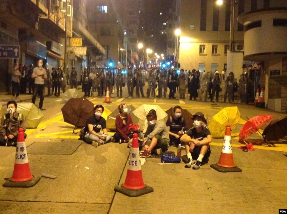 接近午夜,仍有数百名示威者占据德辅道西和西边街路口。警方在三个方向布防,留出往中环的方向,希望示威者从中环方向离开。目前警方没有急于清场的迹象。