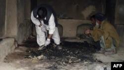 مردان افغان در حال بازرسی محل وقوع حمله سرباز آمریکایی به غیر نظامیان در قندهار