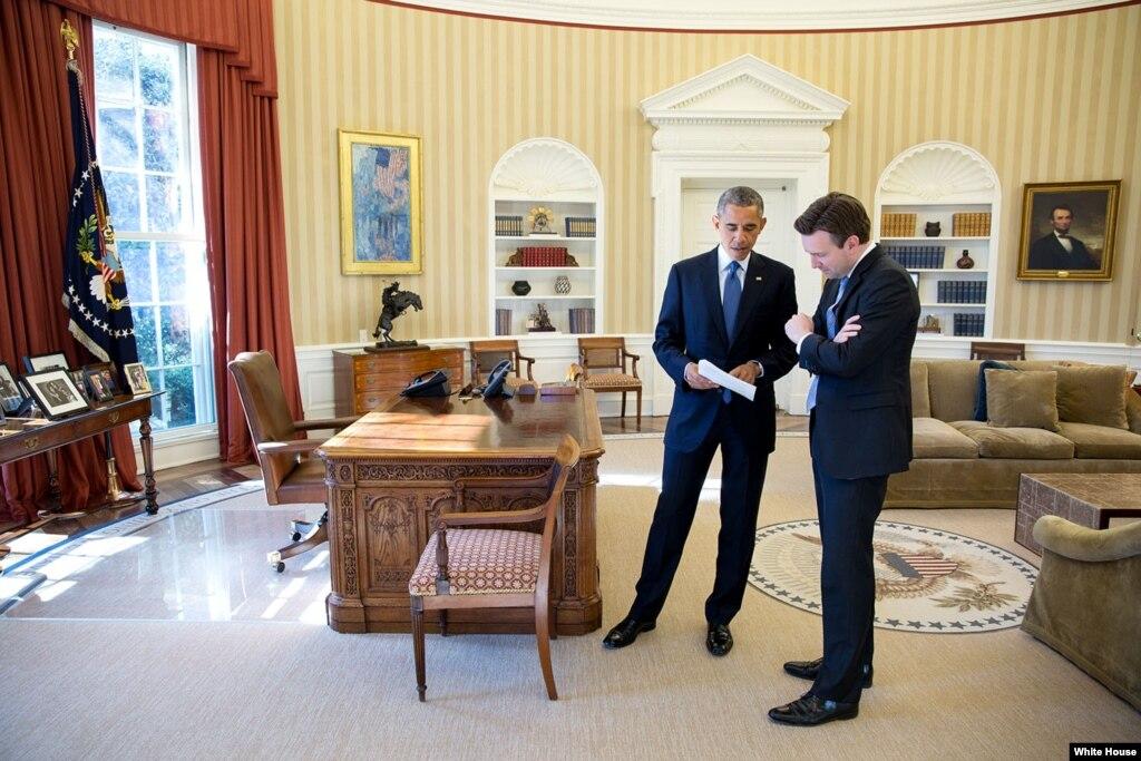 Барак Обама в Овальном кабинете с пресс-секретарем Джошем Эрнестом