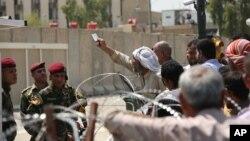 伊拉克议会外抗议人群