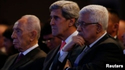 U.S. Secretary of State John Kerry (C) is joined by Israeli President Shimon Peres (L) and Palestinian President Mahmoud Abbas at the World Economic Forum on the Middle East and North Africa, May 26, 2013.