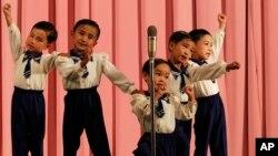 지난 2011년 북한 라선의 한 극장에서 어린이들이 공연을 벌이고 있다. (자료사진)