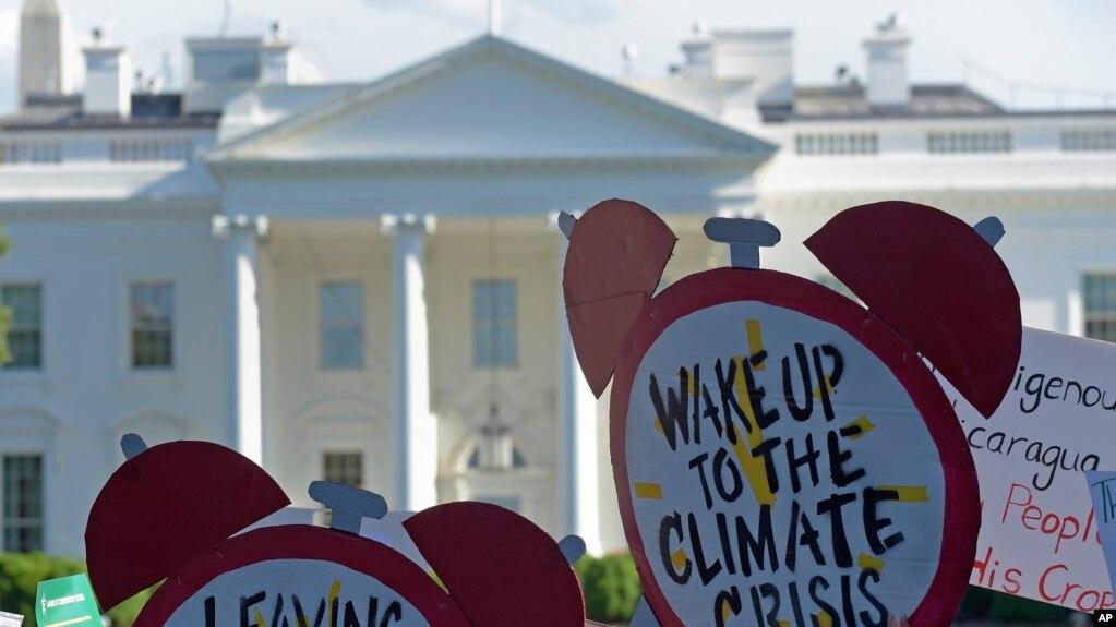 Người biểu tình bên ngoài Nhà Trắng để phản đối việc Mỹ rút ra khỏi Thỏa thuận Paris về biến đổi khí hậu