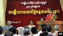 ຜູ້ນໍາປະຊາທິປະໄຕໃນມຽນມາ ທ່ານນາງອອງຊານ ຊູຈີ ກ່າວ ຄໍາປາໃສ ໃນໂອກາດສະຫລອງວັນຊາດມຽນມາ ຄົບຮອບ 91 ປີ ທີ່ສໍານັກງານໃຫຍ່ຂອງພັກສັນນິບາດແຫ່ງຊາດເພື່ອປະຊາທິປະໄຕມຽນມາ ຫລື NLD ຂອງ ທ່ານນາງໃນວັນອາທິດ ທີ 20 ພະຈິກ ທີ່ຜ່ານມານີ້ ທີ່ນະຄອນຢາງກຸ້ງ (AP Photo/Khin Maung Win)