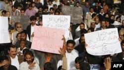 Пакистанские журналисты протестуют против убийства местного журналиста. Карачи. 14 января 2011 года