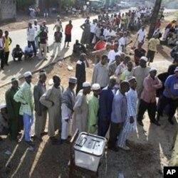 Des électeurs guinéens font la file pour voter ce dimanche