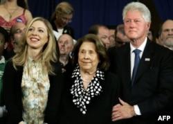 AQSh sobiq rahbari Bill Klinton qaynonasi Doroti Rodem va qizi Chelsi bilan, 22-aprel 2008. Xillari Klintonning onasi bugun 92 yoshida vafot etdi.