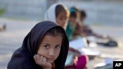 巴基斯坦贫民区的儿童在志愿者设置的临时学校上课
