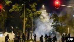 Miembros del Escuadrón móvil contra disturbios (ESMAD) se enfrentan con estudiantes universitarios durante una huelga nacional contra el gobierno del presidente colombiano Iván Duque, en Medellín, el pasado jueves 21 de noviembre.