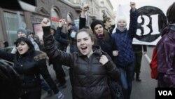 "Para demonstran oposisi membawa poster angka ""31"" sama dengan Pasal 31 UUD Rusia yang menjamin hak berkumpul dengan damai."